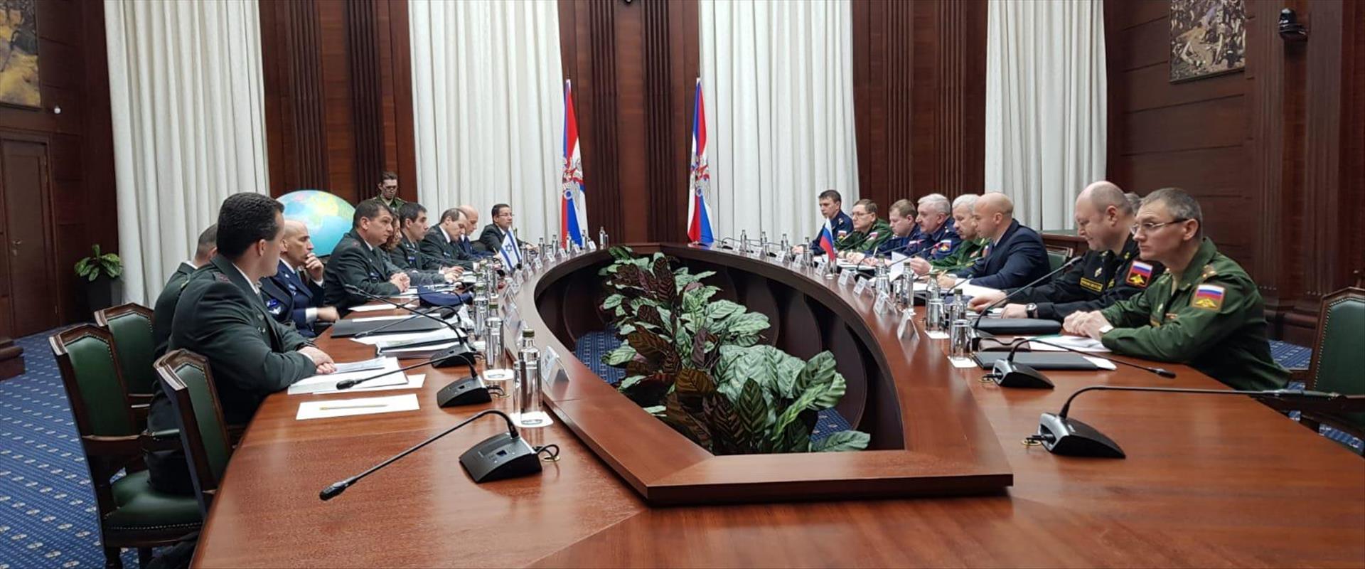 """מפגש בין משלחת צה""""ל לנציגי צבא רוסיה במוסקווה"""