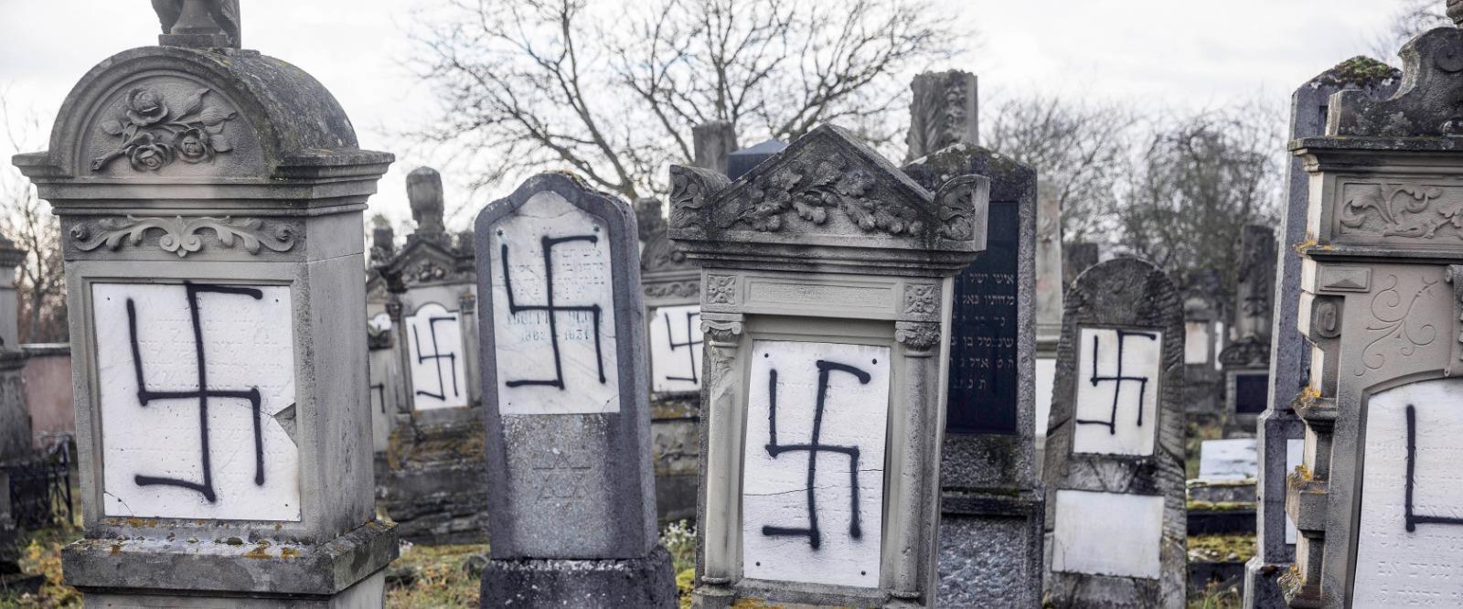 צלבי קרס בבית קברות יהודי בצרפת