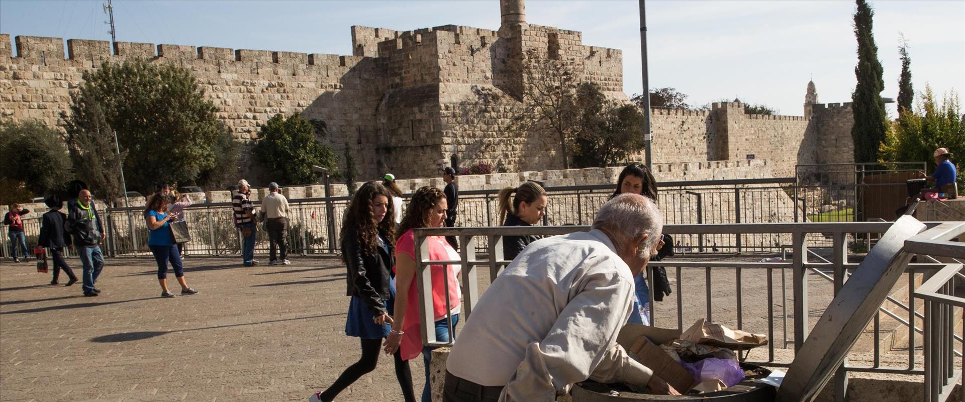אדם מחטט בפח, ירושלים 2018
