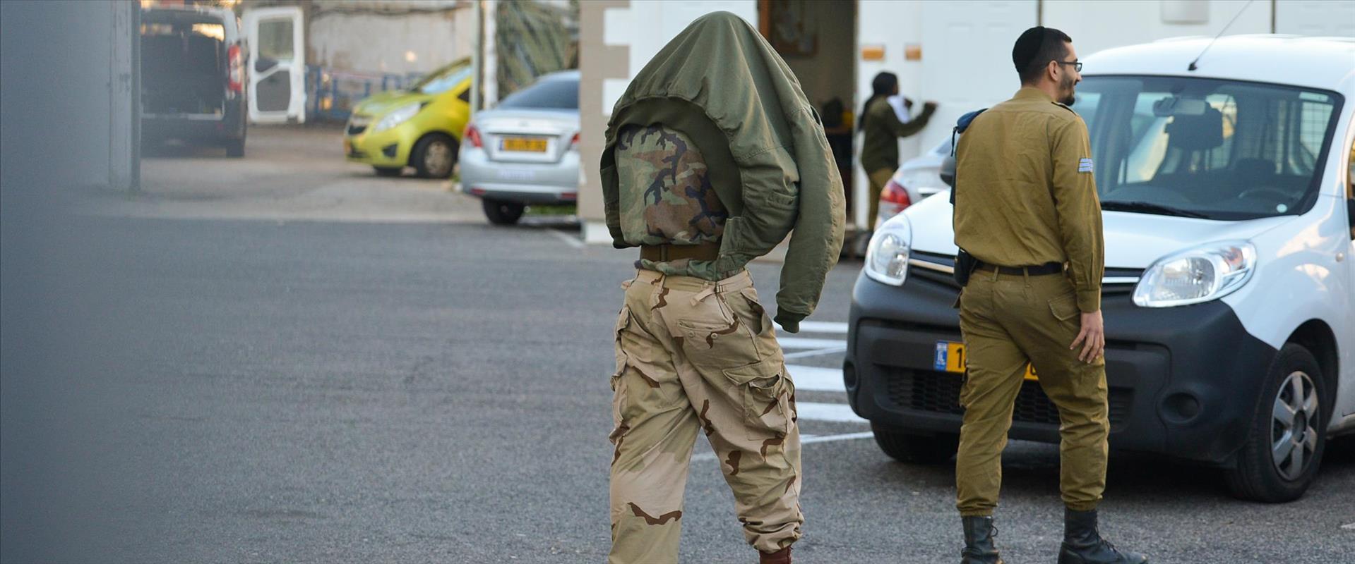 חייל מובל לכלא צבאי, ארכיון