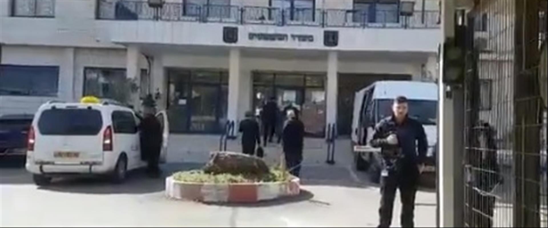 עורכי דינו של נתניהו מגיעים למשרד המשפטים