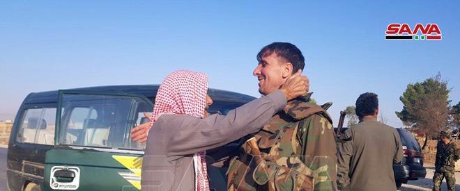 חיילים בצבא אסד מתקבלים על ידי האזרחים בעיירה תל ת