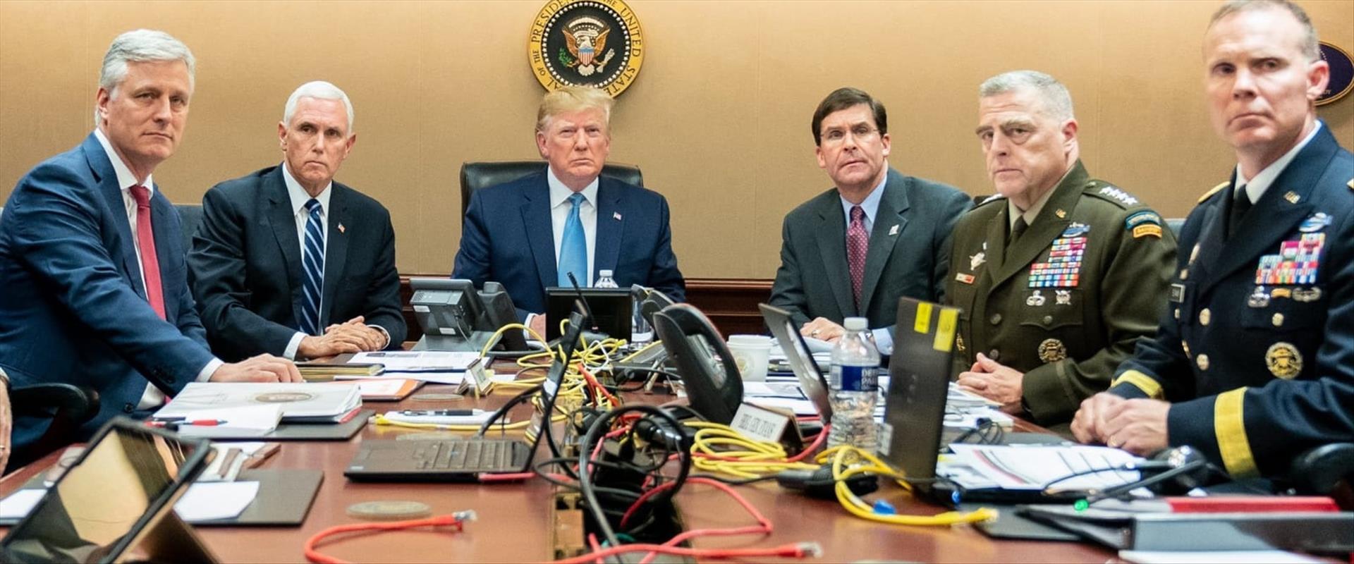 טראמפ, פנס וצוותם צופים בחיסול מנהגי דאעש