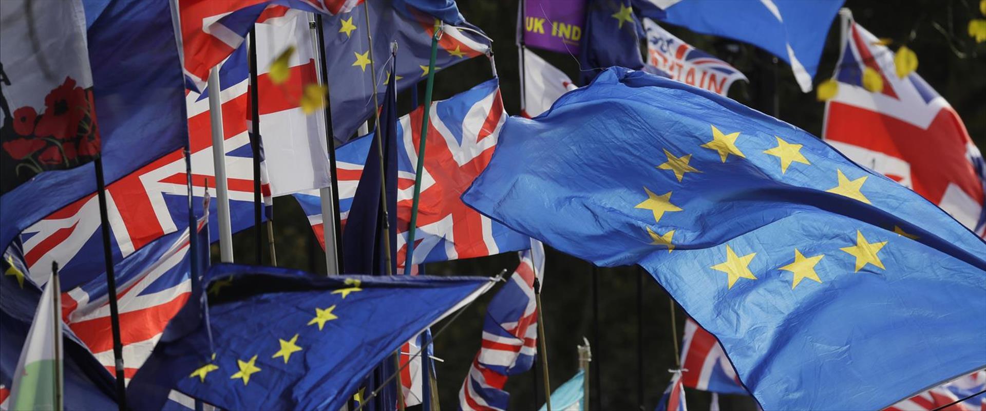 דגלי האיחוד האירופי ובריטניה, מחוץ לפרלמנט בלונדון