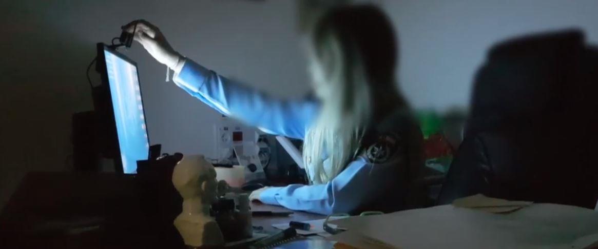 שוטרת סמויה בחקירת פדופילים