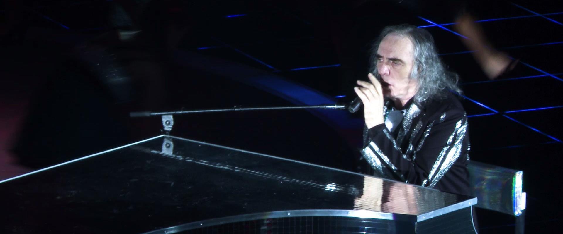 צביקה פיק על הבמה בהופעת הבכורה של הפסטיגל בחיפה