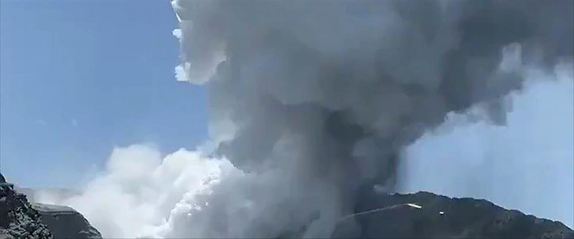 """התפרצות הר געש """"האי הלבן"""", אתמול"""
