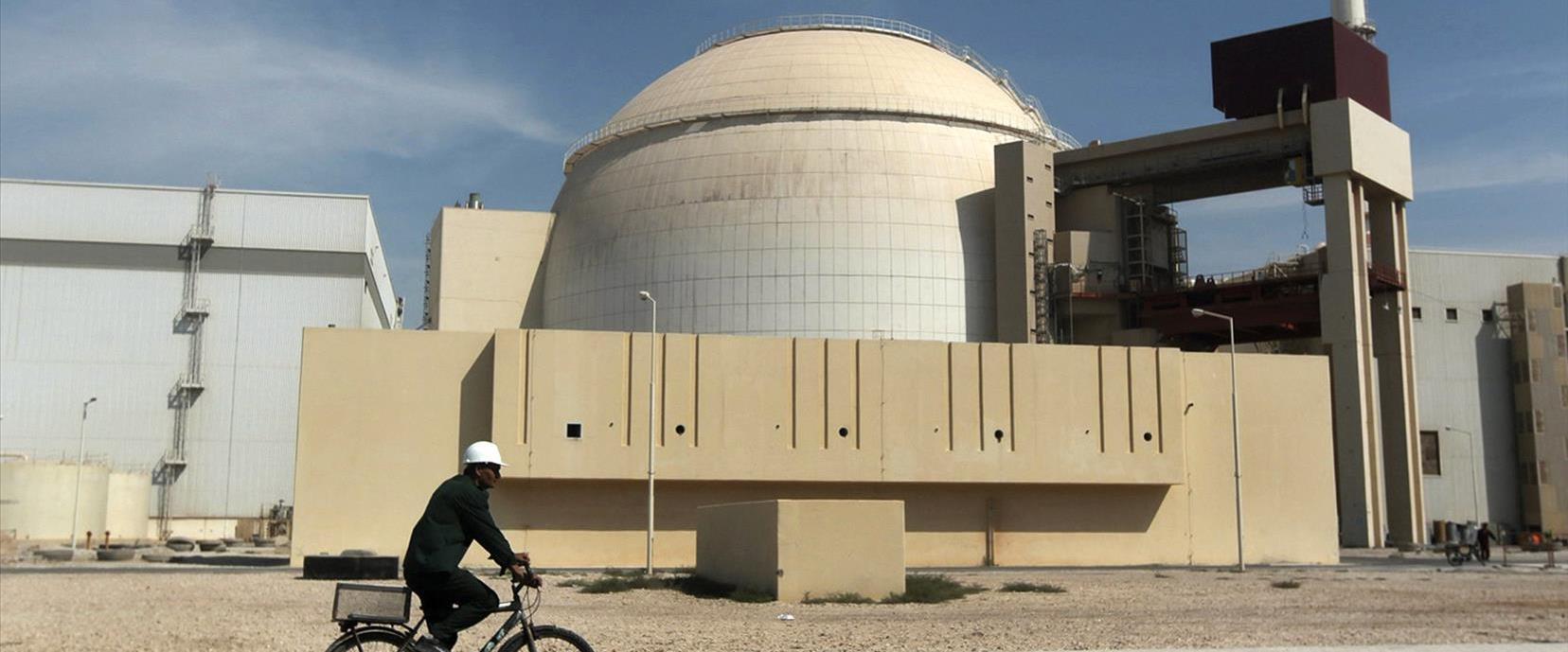 עובד חולף ליד מתקן גרעין איראני