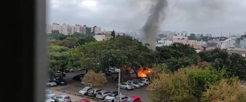 רכב מוצת בחניון שמחוץ למכללה האקדמית תל אביב-יפו