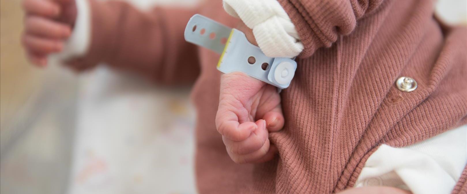 תינוק יולד לאם מורדמת ומונשמת