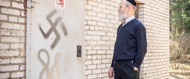 צלב הקרס שרוסס על דלת הכניסה לישיבה