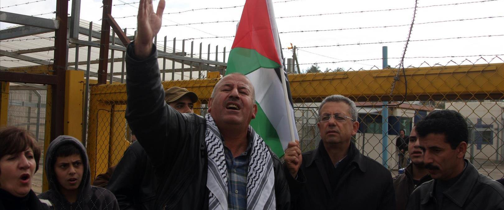 פלסטינים מפגינים מחוץ לכלא עופר