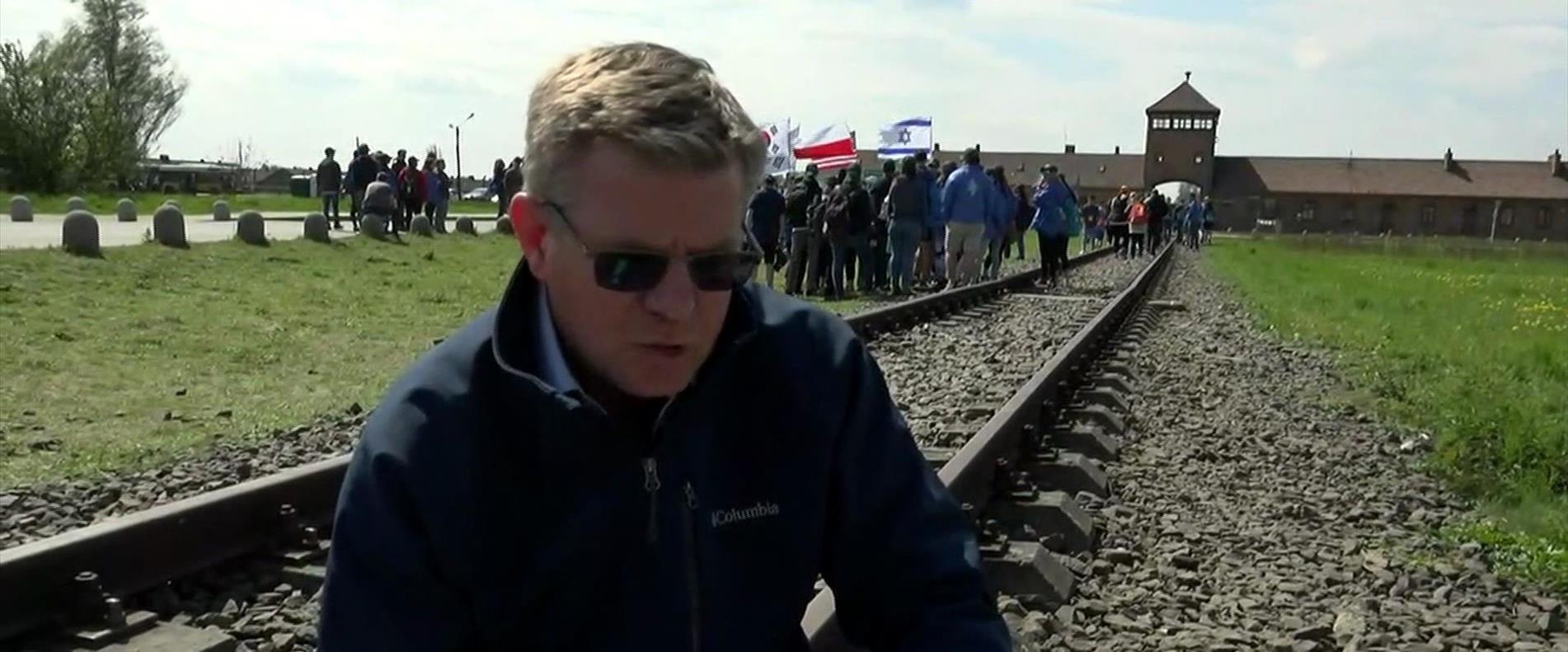 רובי המרשלג בכניסה למחנה ההשמדה אושוויץ