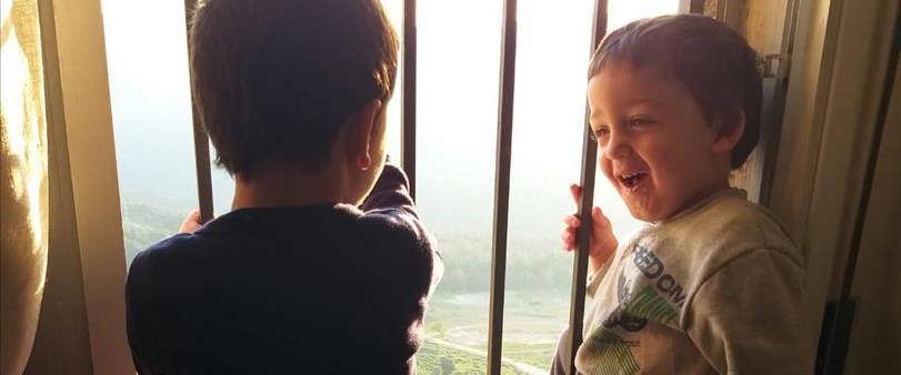 אלעד בן השלוש עם אחיו