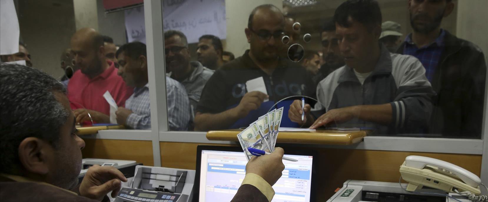 חלוקת כסף קטרי ברצועת עזה