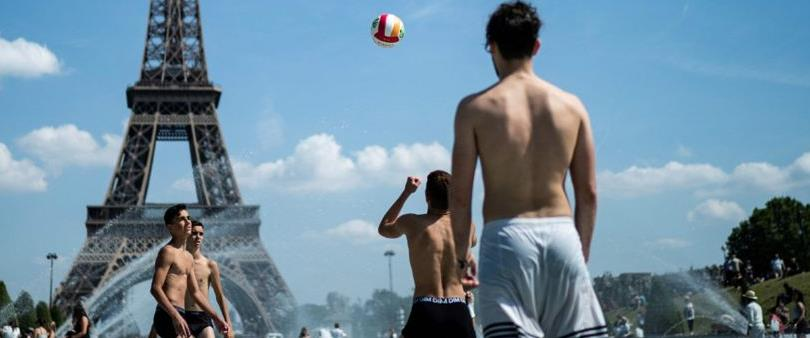 אזרחים צרפתים מתקררים במזרקה ליד מגדל אייפל