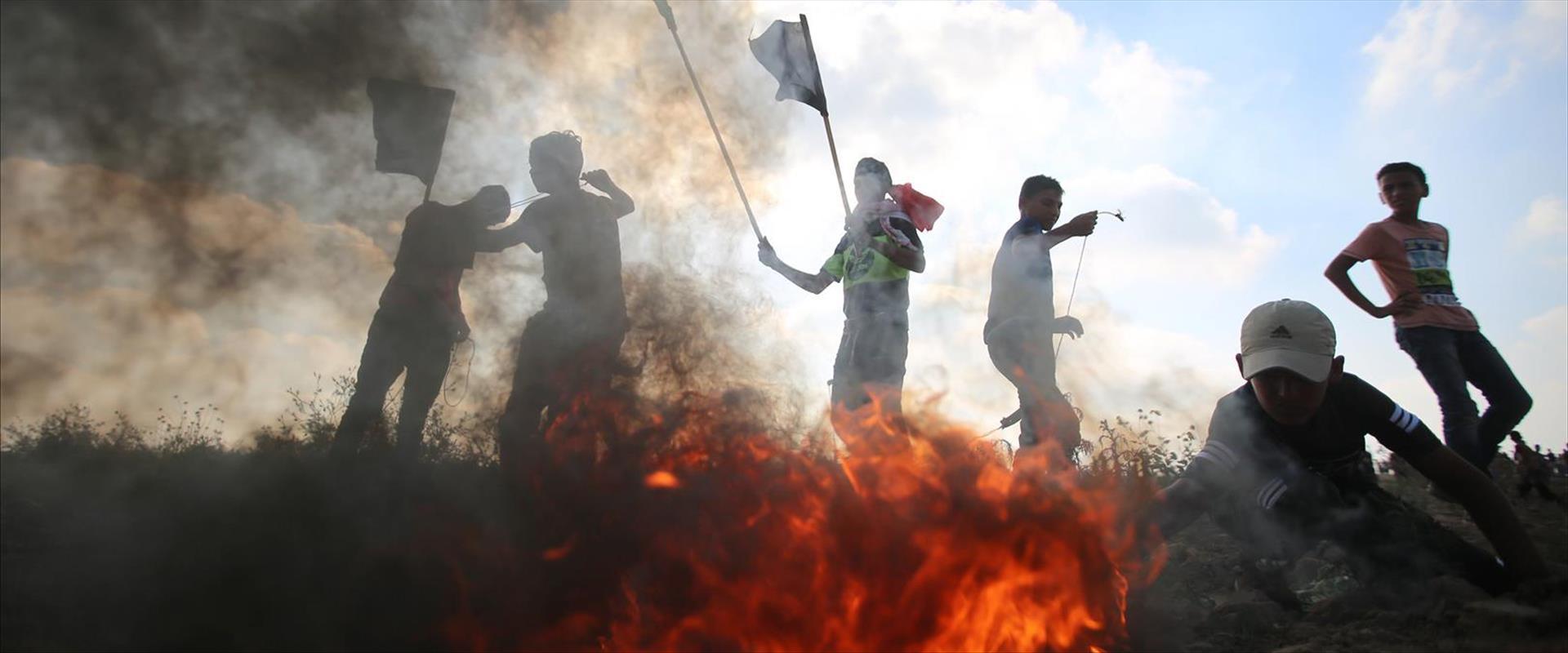 פלסטינים מתפרעים בגבול עזה, אתמול