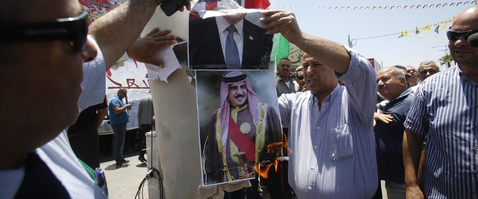 פלסטינים מפגינים בחברון נגד הוועידה בבחריין