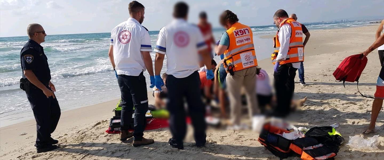 כוחות הרפואה מטפלים בגבר והאישה שטבעו בחוף הבתולה