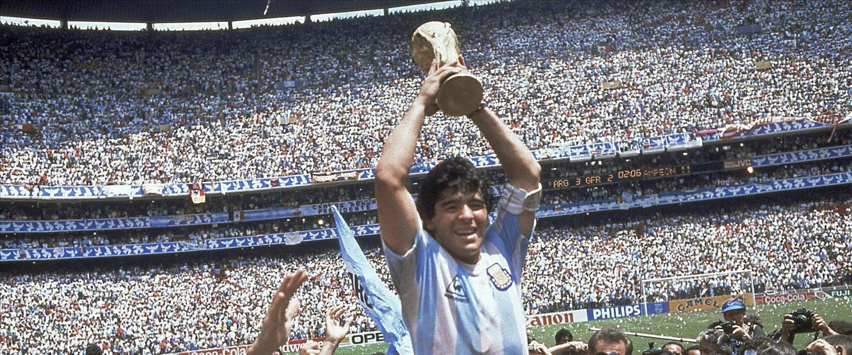 מארדונה מניף את גביע העולם ב-86