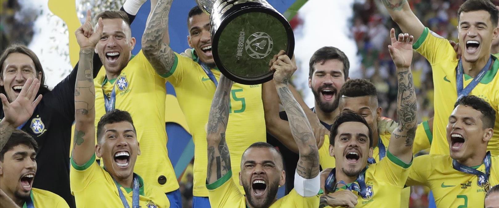 הנבחרת הברזילאית מניפה את הגביע