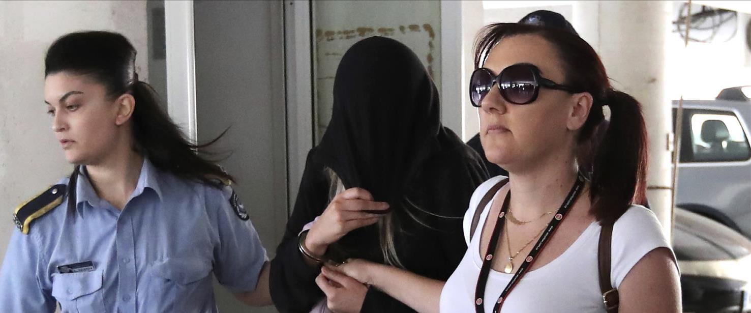 הצעירה הבריטית בצאתה מבית המשפט בקפריסין, הבוקר