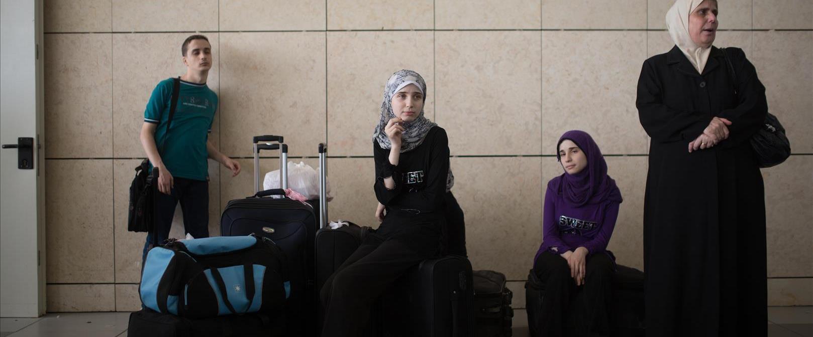 פלסטינים ממתינים במעבר ארז