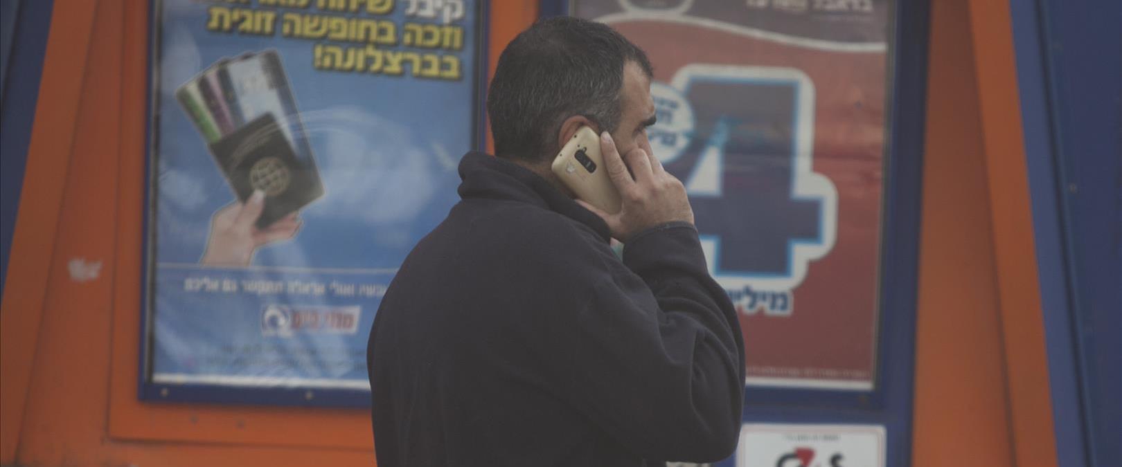 אדם מדבר בפלאפון