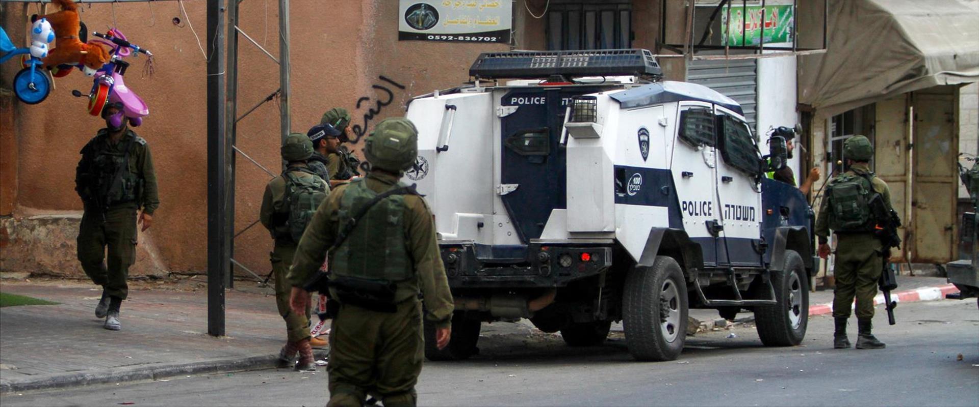 """כוחות צה""""ל ומשטרה במקום הפיגוע, היום"""