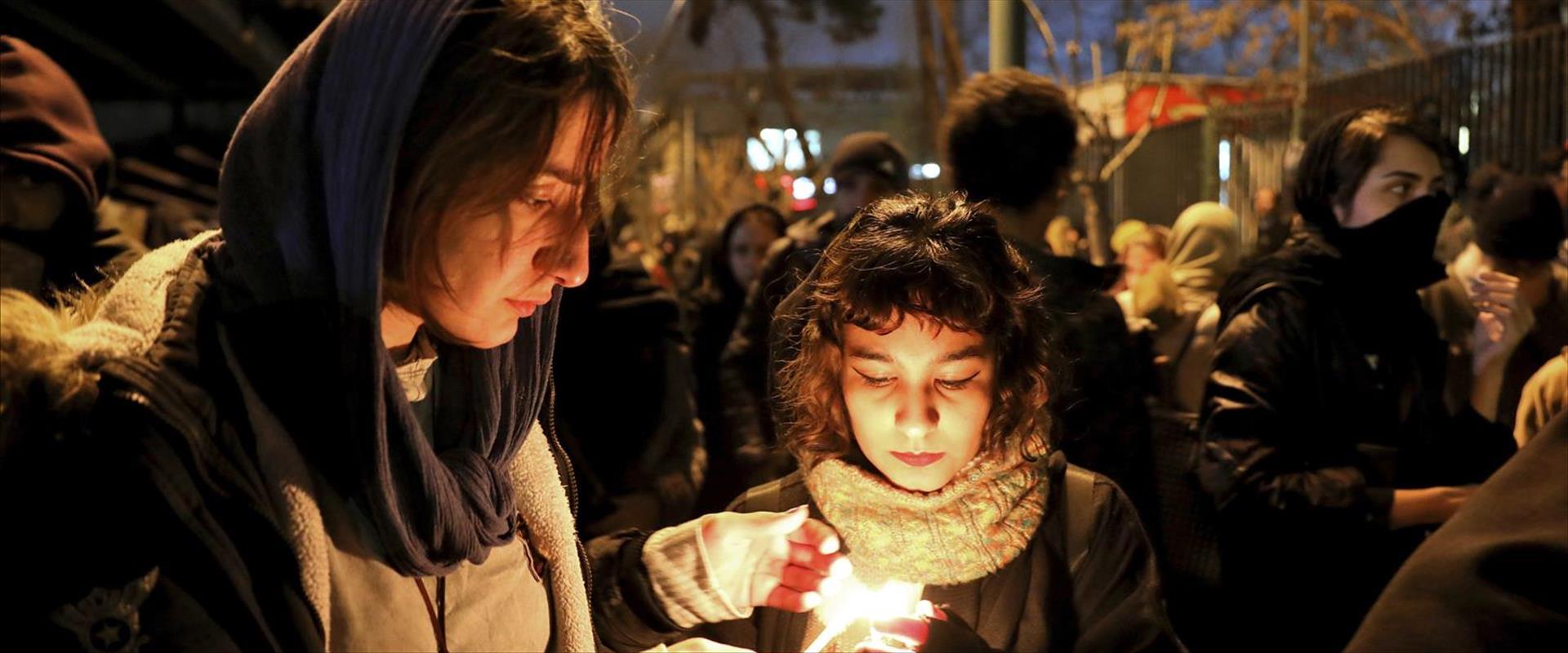 אזרחים מדליקים נרות לזכר קורבנות ההתרסקות, 11.01.2
