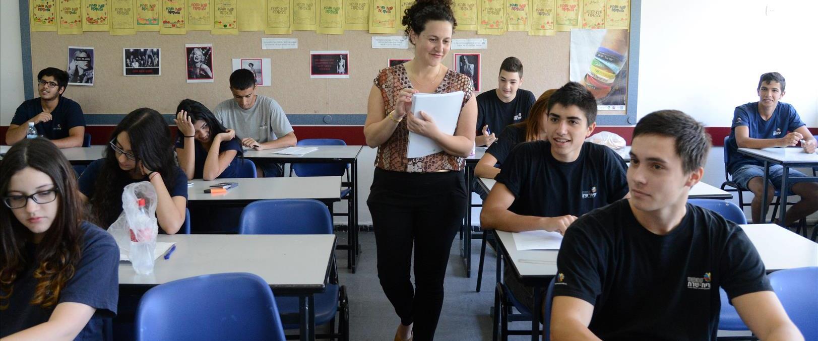 נערים ונערות בכיתה