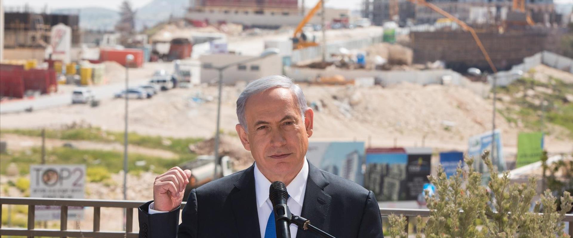 ראש הממשלה נתניהו על רקע שכונת הר חומה