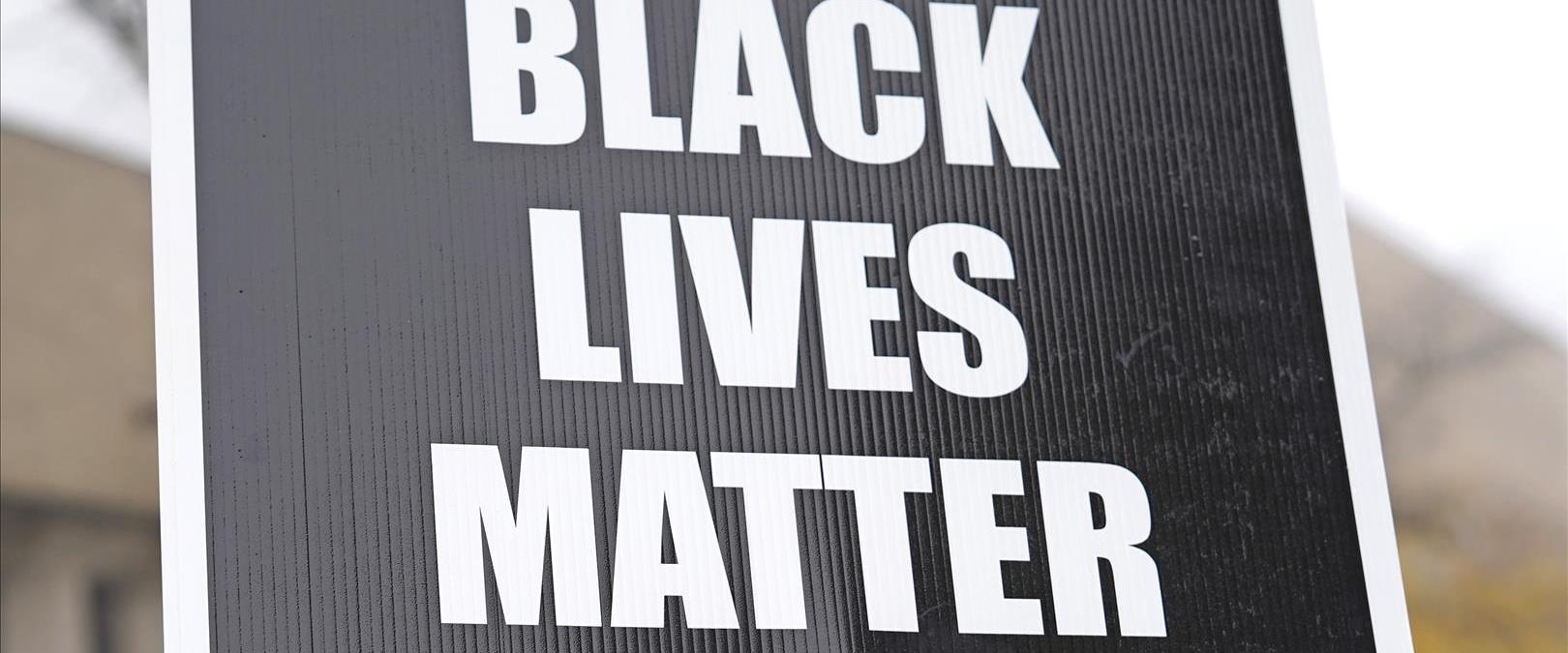 מחאות באילינוי בעקבות ירי של שוטרים בצעיר שחור