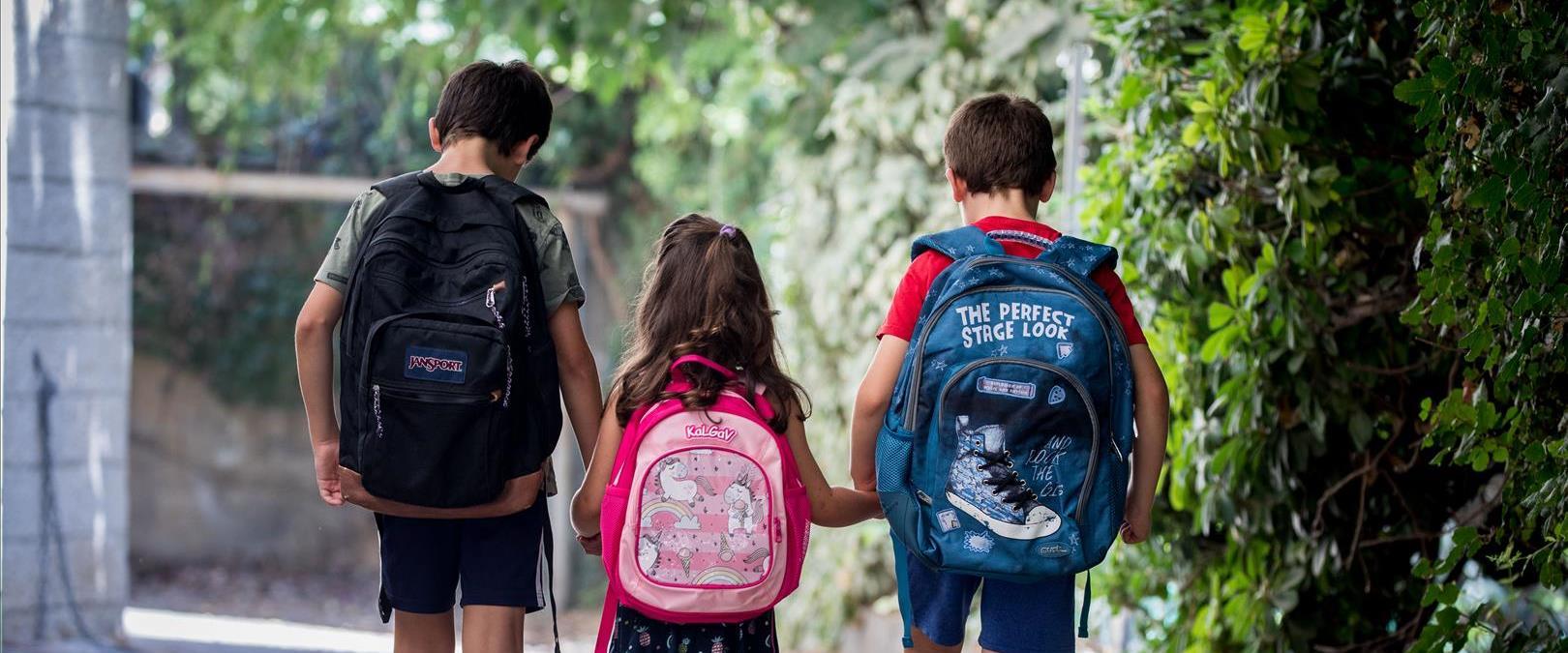 תלמידים מתכוננים ליום הראשון ללימודים בירושלים