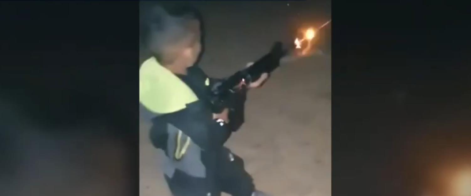 בן 7 יורה ב-M16 בערוער שבנגב