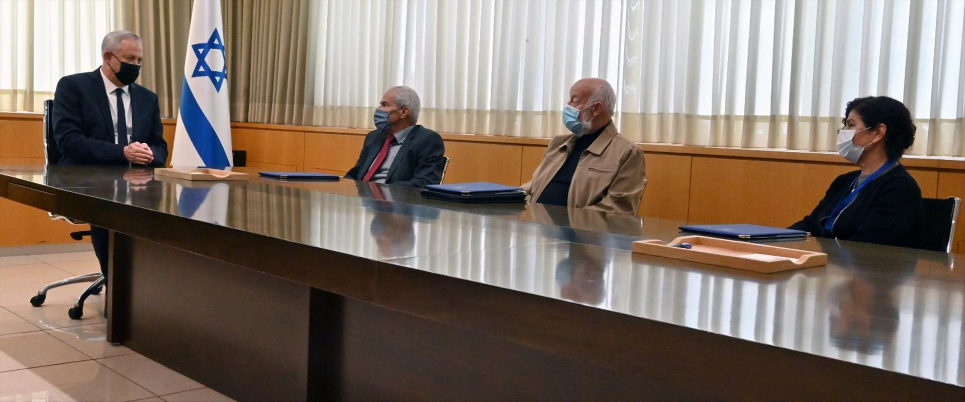 غانتس واعضاء اللجنة