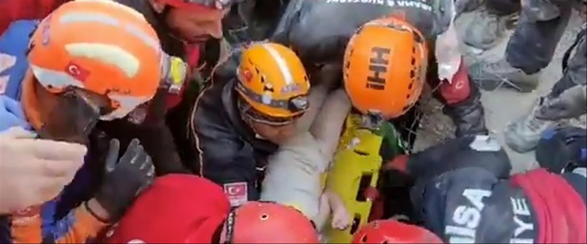 תיעוד חילוץ ילדה מהריסות רעידת האדמה בטורקיה