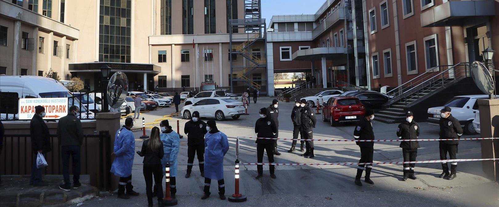 כוחות ביטחון מחוץ לבית החולים בגזיאנטפ
