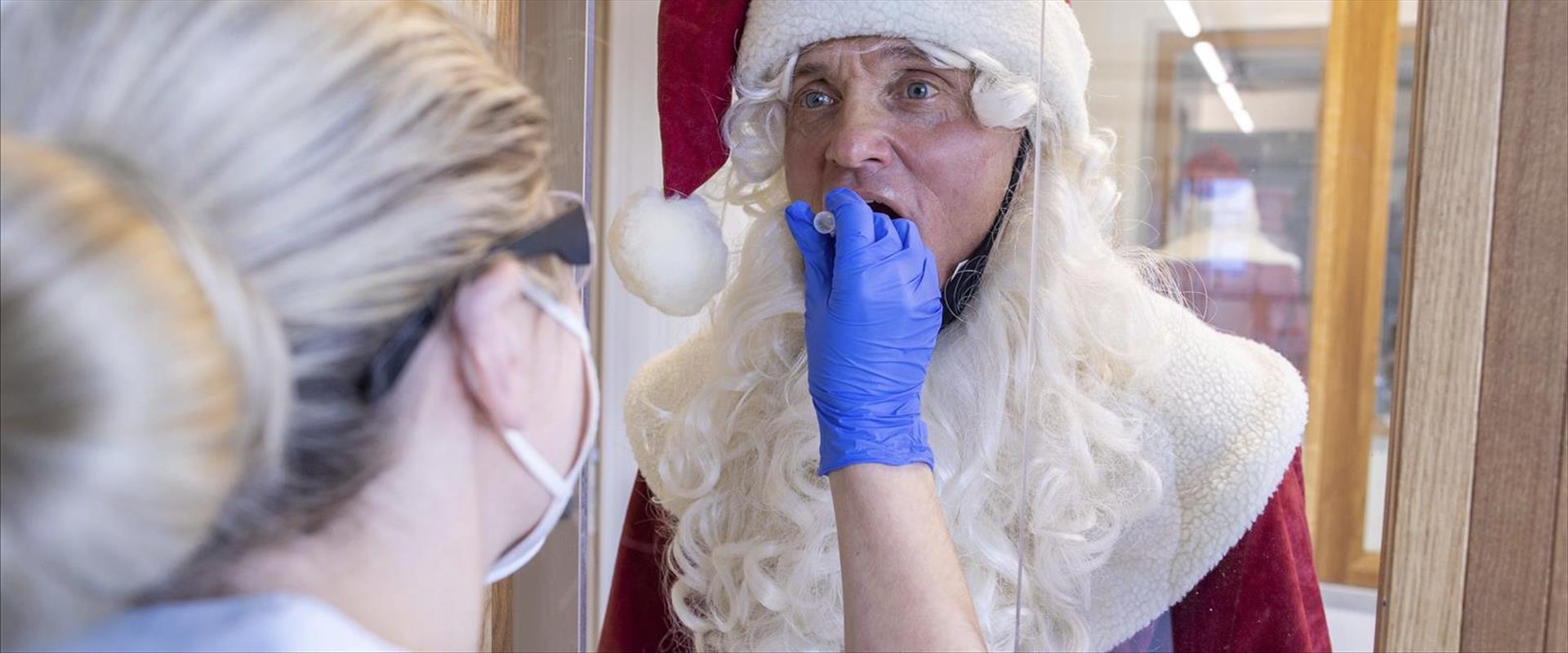 אדם המחופש לסנטה קלאוס עושה בדיקת קורונה בגרמניה