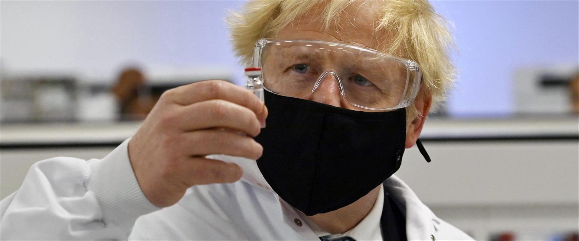 ראש הממשלה הבריטי ג'ונסון בוחן מקרוב את החיסון של