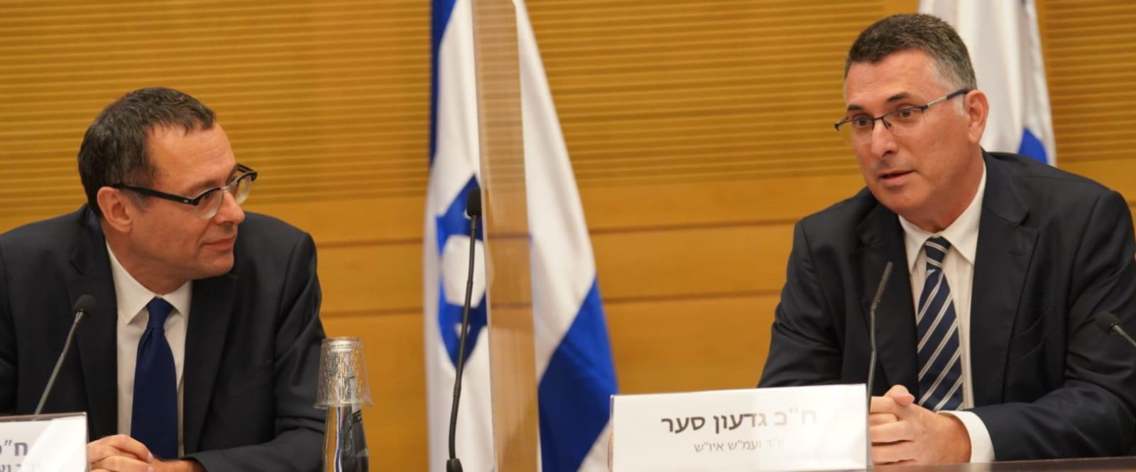 צבי האוזר וגדעון סער בפתח הישיבה בוועדת חוץ וביטחו