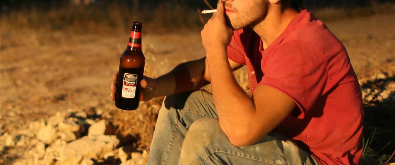 נער שותה ומעשן