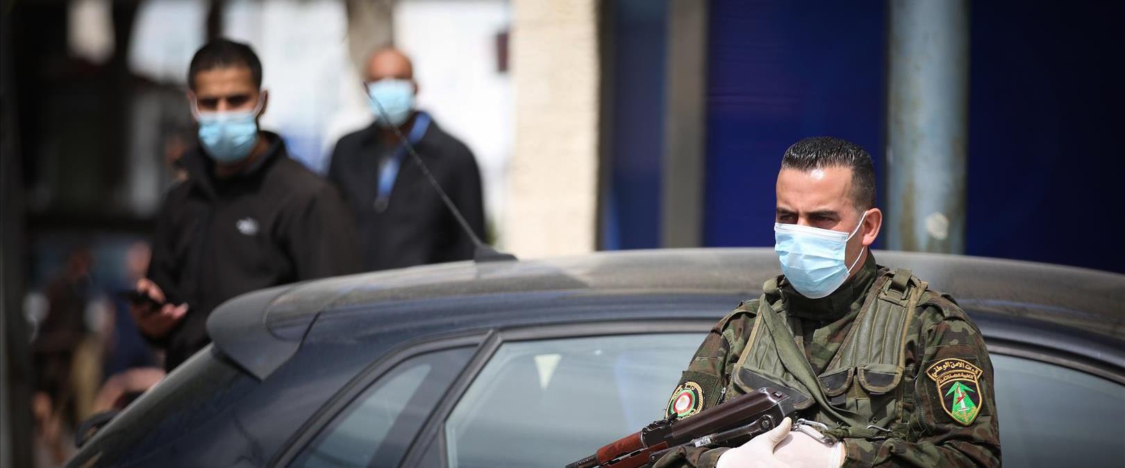 שוטר פלסטיני מחוץ לבית חולים ברמאללה