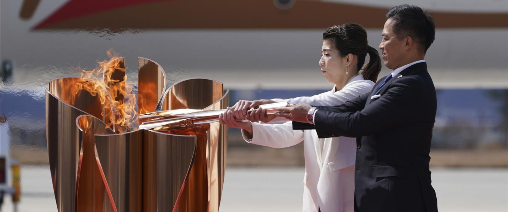 הדלקת הלפיד במהלך טקס הגעת הלהבה האולימפית בבסיס מ