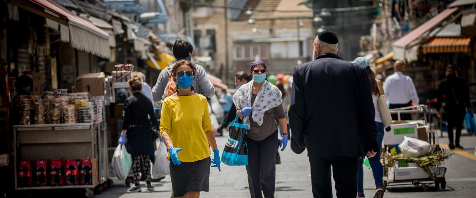 אנשים בשוק מחנה יהודה לאחר ההקלות בהסגר