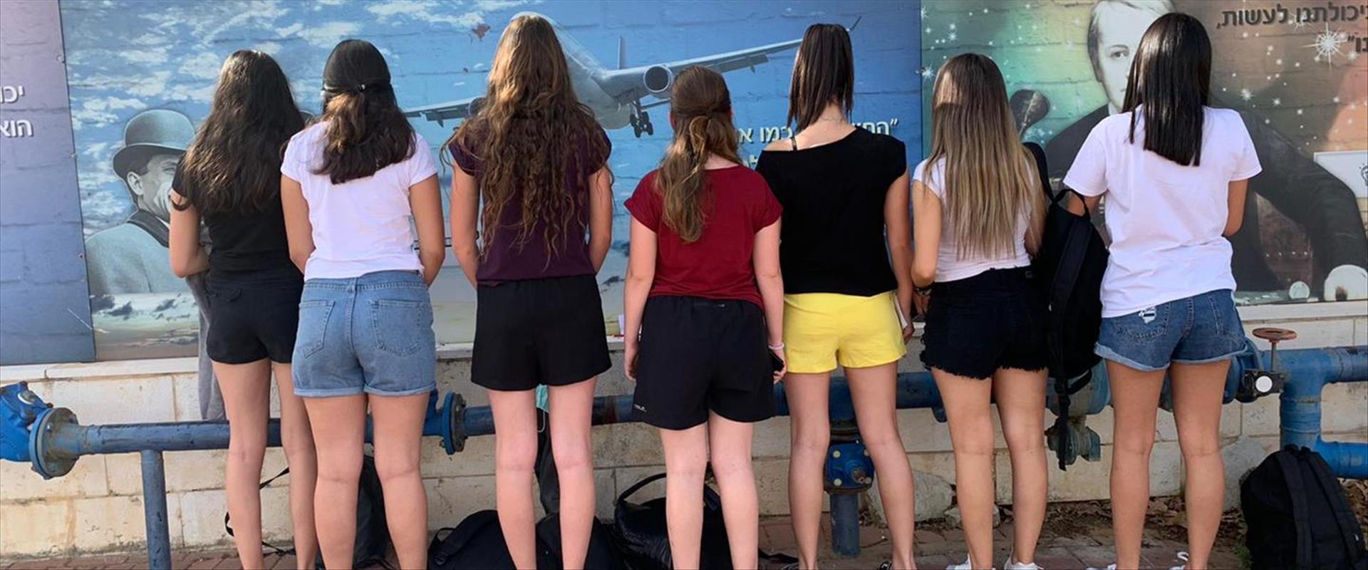 תלמידות שהגיעו במכנסיים קצרים לבית ספר ברחובות