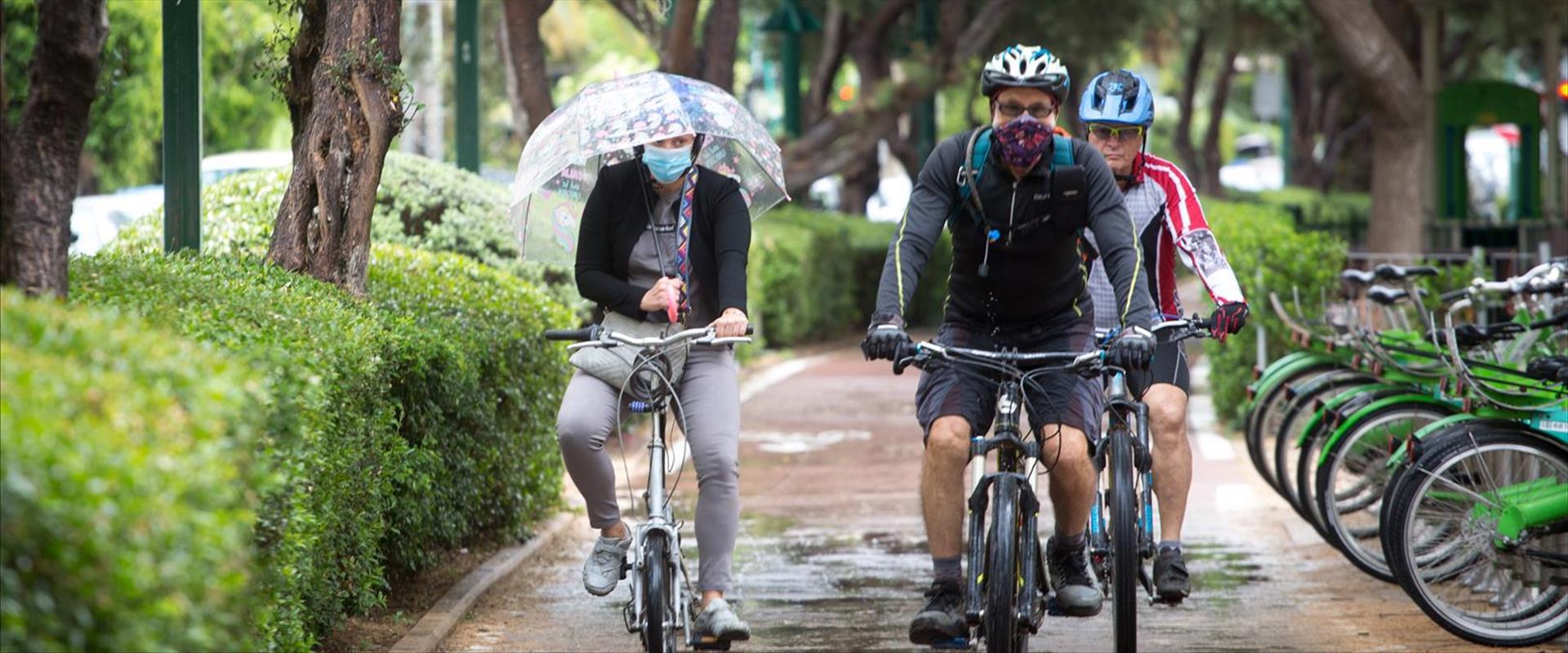 מדוושים בגשם בתל אביב