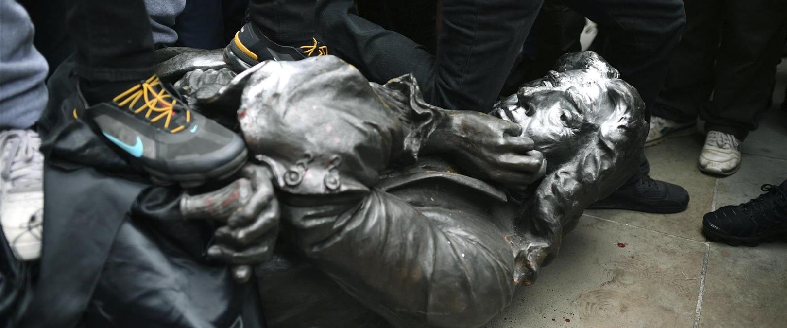 פסל של סוחר העבדים אדוארד קולסטון בבריסטול, יוני 2
