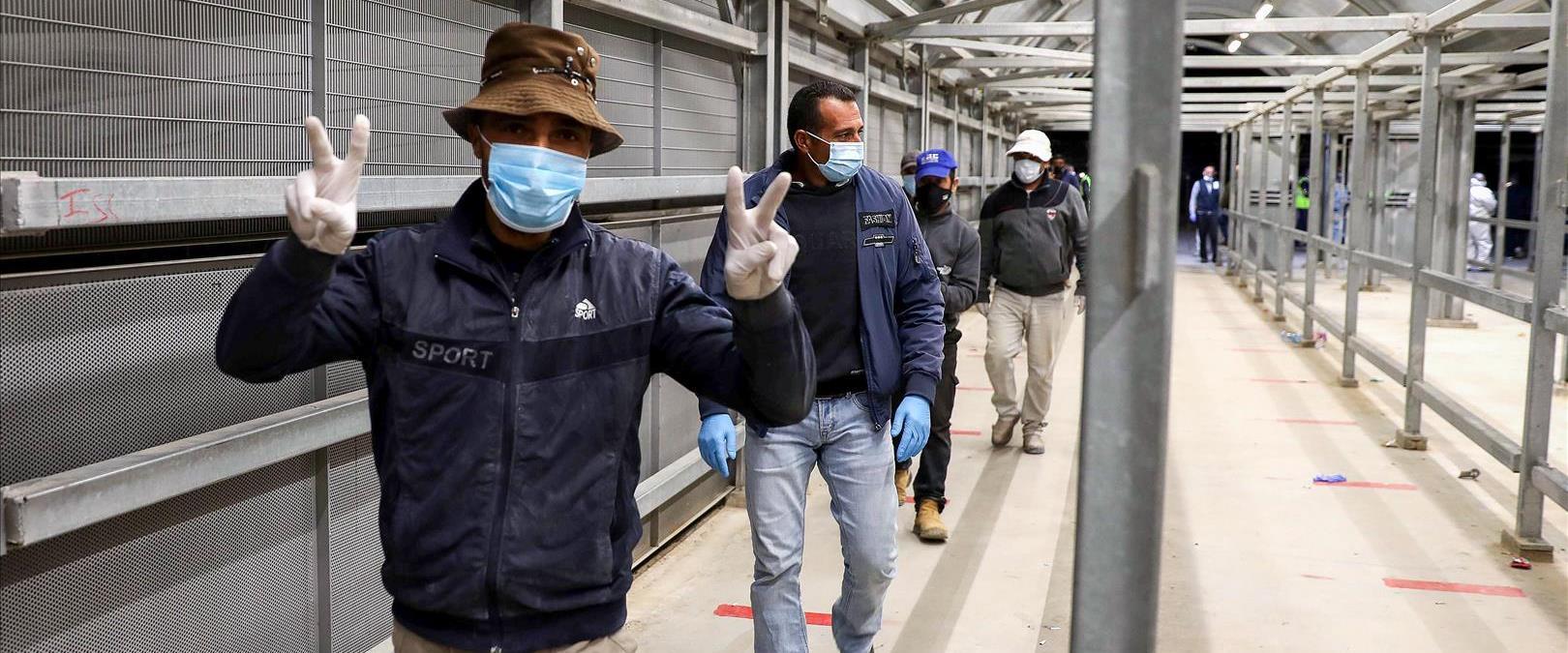 פועלים פלסטינים נכנסים לישראל