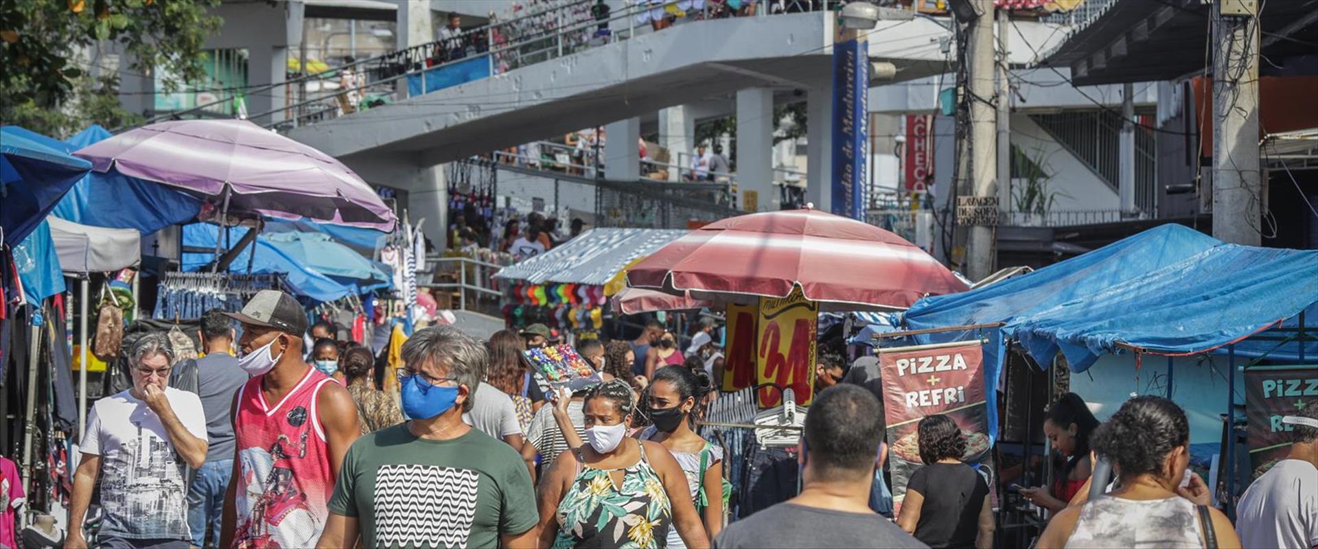 תושבי ריו דה ז'ניירו בברזיל עם מסכות פנים, 17.06.2
